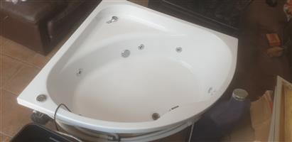 White 6 Jet corner spa bath