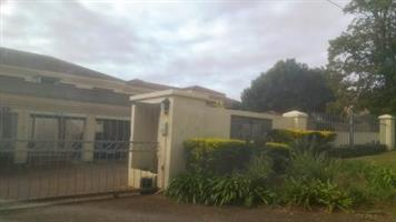 Modern Apartment with Lovely Sea Views in Illovo Beach – R 7 000