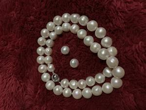 Pearl necklace and earnings