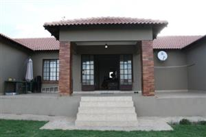 Very neat spacious 2 bedroom cottage avaliable for rent in Mnandi near Copperleaf Golf estate