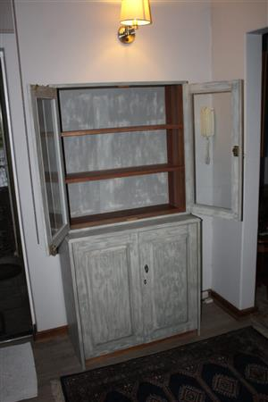 Cabinet/display unit  with 2 glass doors and 2 wooden doors