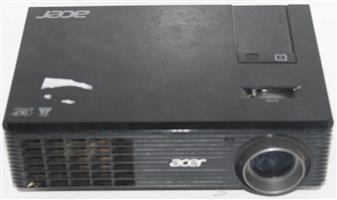 Acer projector with cables and remote in bag S036070A