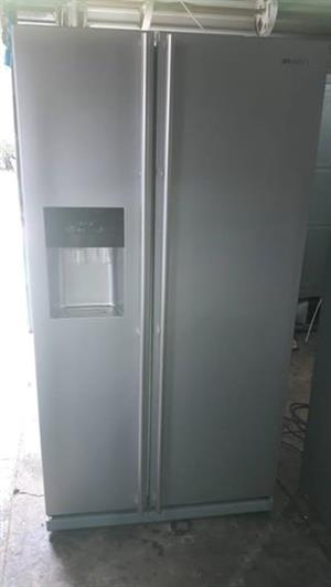 SAMSUNG SIDE-BY-SIDE FRIDGE/FREEZER