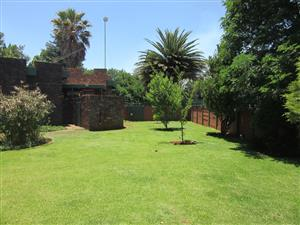 Stunning first time buyers home with double garage and huge garden, fenced.   Golf Park, Midvaal
