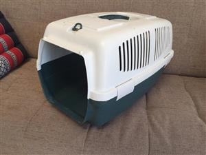 Compact/medium plastic pet travel box - please note no front gate!