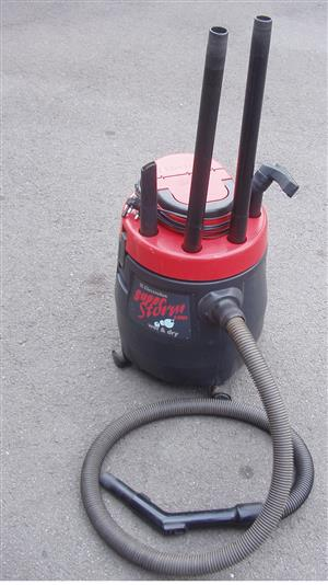 Electrolux wet and dry vacuum cleaner in very good condition - with all accessories
