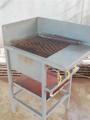 Gas griller for flame grilling