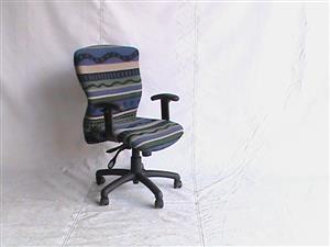 Medium back office chair with adjustable T/arms