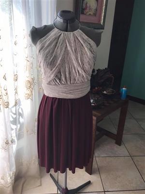 Maroon skirt met wit top