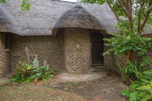 Midrand. Thatched cottage. 1 bed, PLUS study & loft room. FREE WATER. ONLY R5990pm.