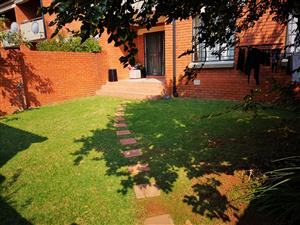 2 BedRoom TownHouse to share in a double security Golf Estate, Mooikloofridge Pretoria East.
