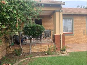 SINGLE CORNER SIMPLEX WITH LARGE CORNER GARDEN! Lovely 2 bedroom, 2 bathroom and 2 garages AND beautiful garden. Here is nothing short just move in its got everything you need!