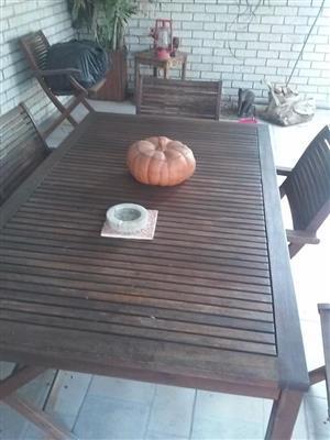 braai.kamer tafel en ses stoele