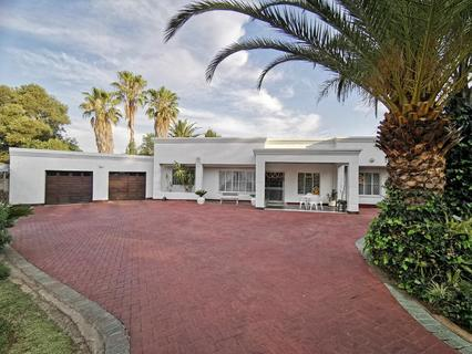 AN AMAZING AND AN ABSOLUTELY BREATHTAKING HOME BOASTING ALL YOU EVER NEED! PERFECT LOCATION!!