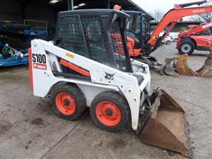 compact loader 553 bobcat skidsteer comes with a muck grab and a bucket starts, runs, drives, works