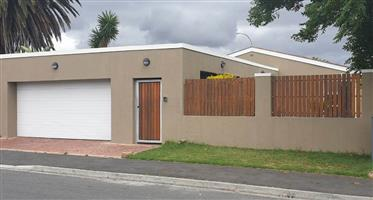 Spacious 3 Bedroom House For Sale in The Range,Elsies River