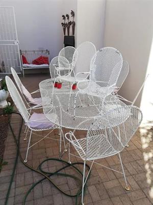 1 groottafel.. 6 groot stoele.. 3 klein stoele
