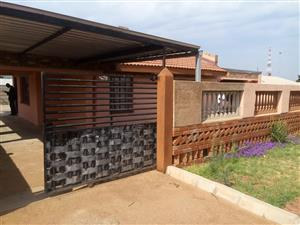 2 BEDROOMS HOUSE FOR SALE MABOPANE UNIT B R450 000.00 CALL QUINTON @ 0723325794 / 0127000100 FOR MORE INFO