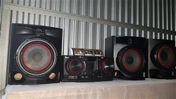 LG CJ45.DZAFLLK CD MINI HIFI 720W 2.1ch CD 2 USB FM, Auto DJ, Karaoke Star 1 Mic In Multi BT TV Sound Sync Wireless Party Link