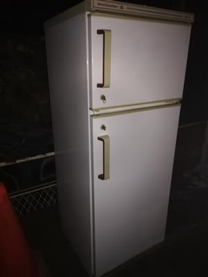 White Kelvinator 260 liter double door fridge freezer in good condition and working 100 percent for sale - R1595 if you collect. I CAN DELIVER for a small fee. WhatsApp sms or call Pierre on 0825784861.