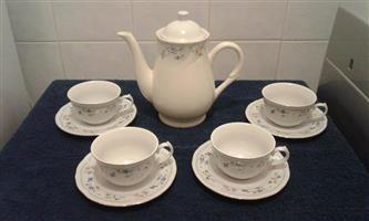 Tea pot 4 cups and saucers set