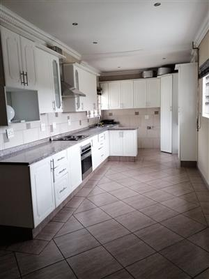 SPACIOUS 3 BEDS HOUSE TO LET