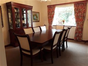 BEAUTIFUL 8 SEATER DINING ROOM SUITE AND DRESSER