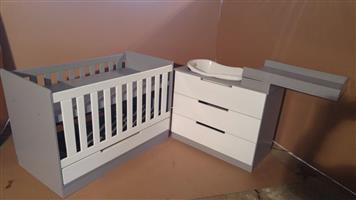 Baby Squareline Cot and Compactum Combo - R5999.00 - Sur 12