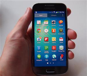 Samsung Galaxy s4 mini + Charger - R750