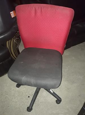 Rooi en swart kantoorstoel