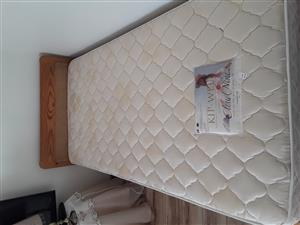 Enkel bed met kopstuk en nuwe cloud nine matras