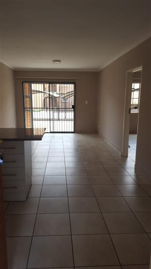 Spacious 2 bed 2 bath available 1 Dec R7000