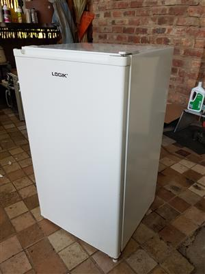 White Logic 120 liter bar fridge with small freezer compartment in excellent condition and working 100% for sale - R1195 cash if you collect.  I CAN DELIVER for only R150 in Pretoria Centurion area. Whatsapp , sms or call Pierre