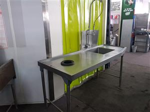 Sink & dump table with spray rinse
