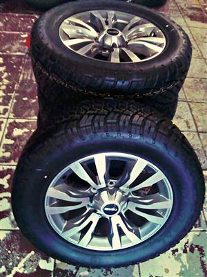 Isuzu rim and tyre gray color with the caps