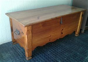 Wooden kist/chest/trunk with metal latch and handles