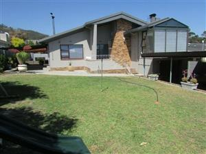 SHOWHOUSE, PAROW NORTH UPPER/DETIGER. SPACIOUS 4BED/3BATH,LARGE UNDER BRAAI, INDOOR BRAAI, 4 CARPORT