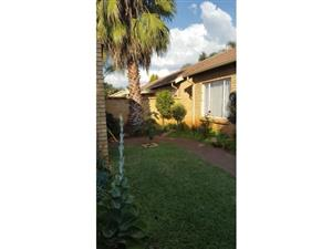 NEAT 2 BEDROOM TOWNHOUSE FOR SALE IN A SECURITY COMPLEX!!