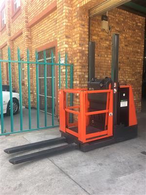 Linde V10 Material Handling / Order Picker / Forklift / Pallet Stacker