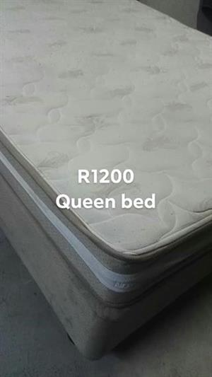 Black & white queen bed