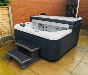 Danz 7-seater Ultimate Hot Tub Spa ***rrp Jacuzzi