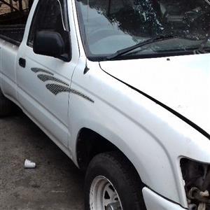 Toyota Hilux 2.4 diesel stripping