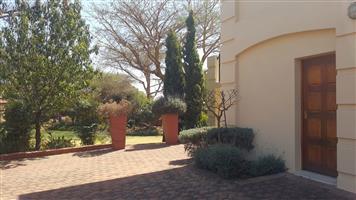 Eenslaapkamer, sitgedeelte, kombuis, badkamer, motorhuis en afdak te huur in Mooikloof Equestrian Estate