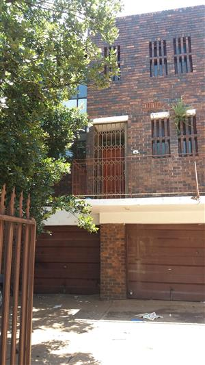 No agents! 2 bedroom duplex available to rent 1st of December in Windsor East!