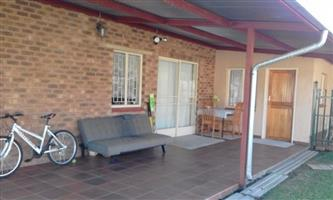 Garden flat in Wonderboom South to rent with 3 bedrooms in the Moot area. Small deposit.