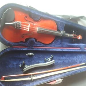 3/4 Stentor violin in red case. 1 string is broken.  Very good condition.   (See 7 photos)