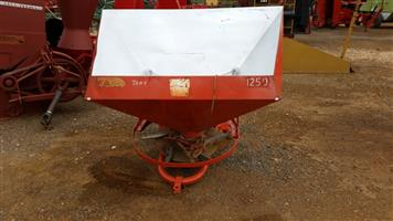 Red LELY Fertilizer Spreader / Kunsmis Strooier Pre-Owned Implement