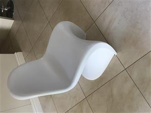 6 plastic shell type dining chairs