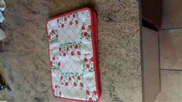SET OF WHITE AND RED PLACE MATS