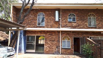 3 Slk dubbel verdieping dupleks meenthuis te huur 15 km buite Brits op die R511 Thabazimbi pad.